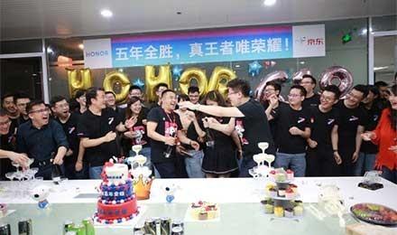 荣耀618连续五年夺冠 京东通讯总裁到场祝贺