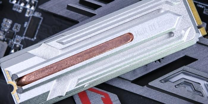 拔草小分队:你见过带热管的SSD吗?