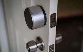 10分钟安装智能门锁 August极简智能锁