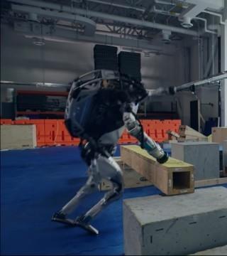 波士顿动力机器人学会跑酷