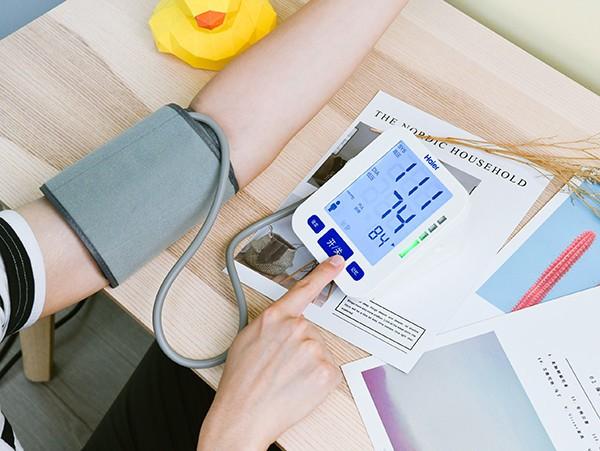 海尔电子血压计评测 精准测量只需轻轻一按